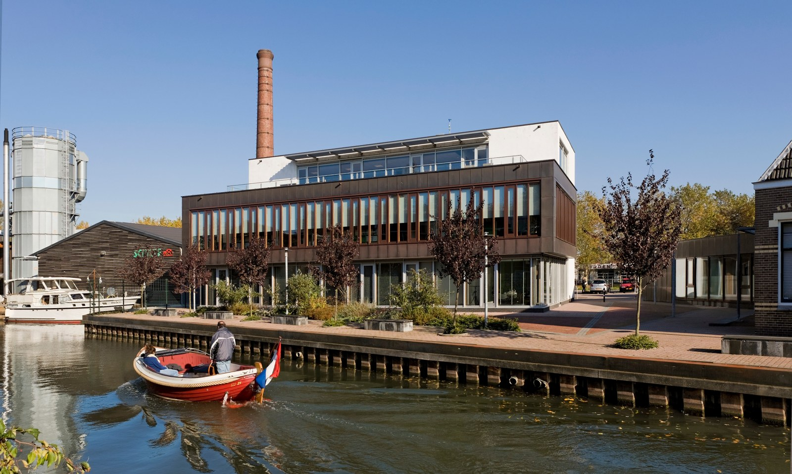 kantoorgebouw aan de IJssel